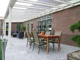 Stevige terrasoverkapping met veiligheidsglas bij Buitenhuis Holland